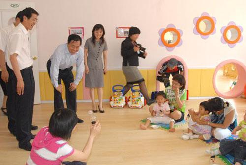 图为某婴幼儿早期教育指导中心开业